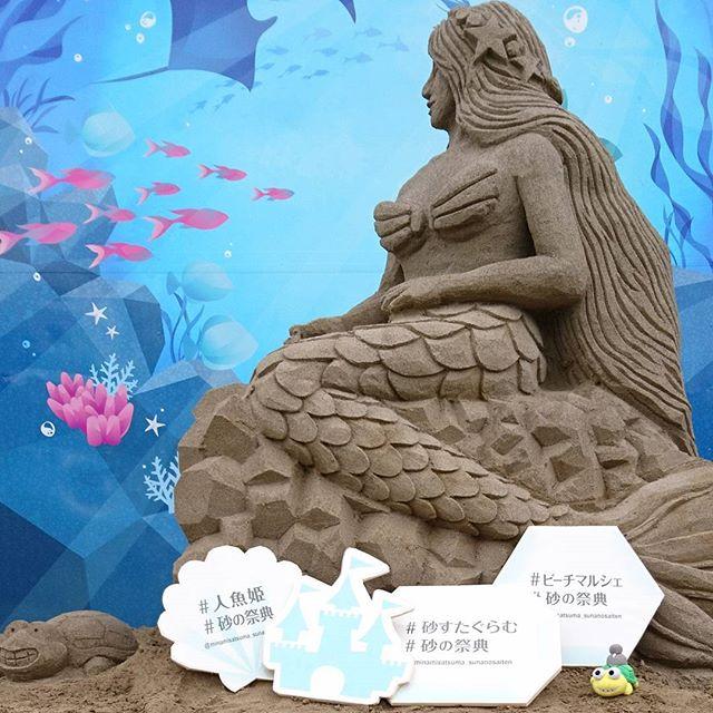 精緻に彫られた迫力のある砂像