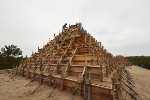 下から順に型枠を組み、砂山を作ります
