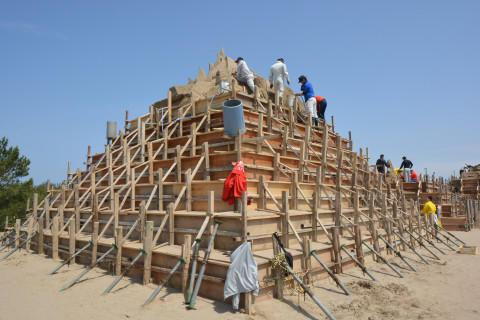 上から順に型枠を外し、砂像を掘り進めます