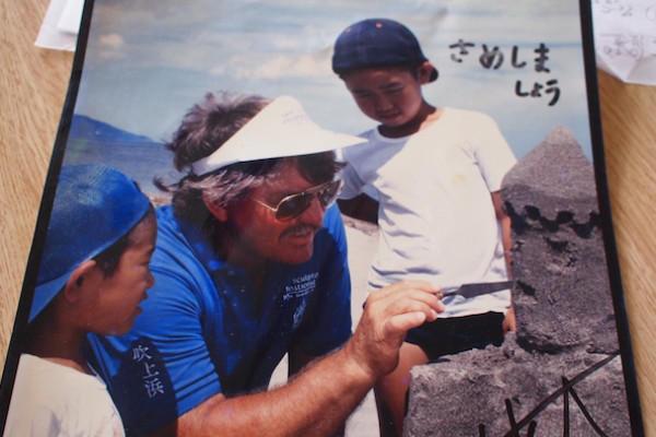 ゲーリー・カークさんに指導を受ける鮫島さんの息子さん