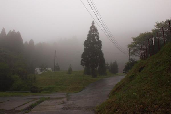 六葉煙火は川辺の霧深い山奥にありました