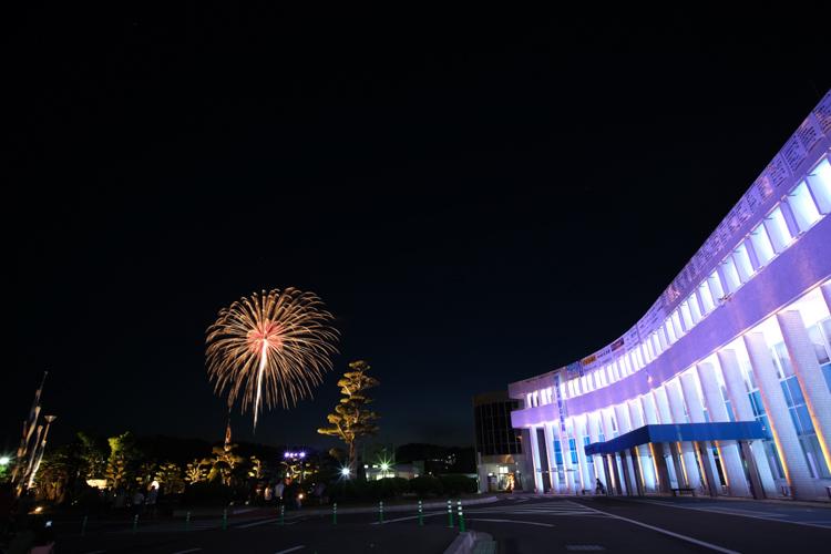 入賞:街と花火を見守る庁舎